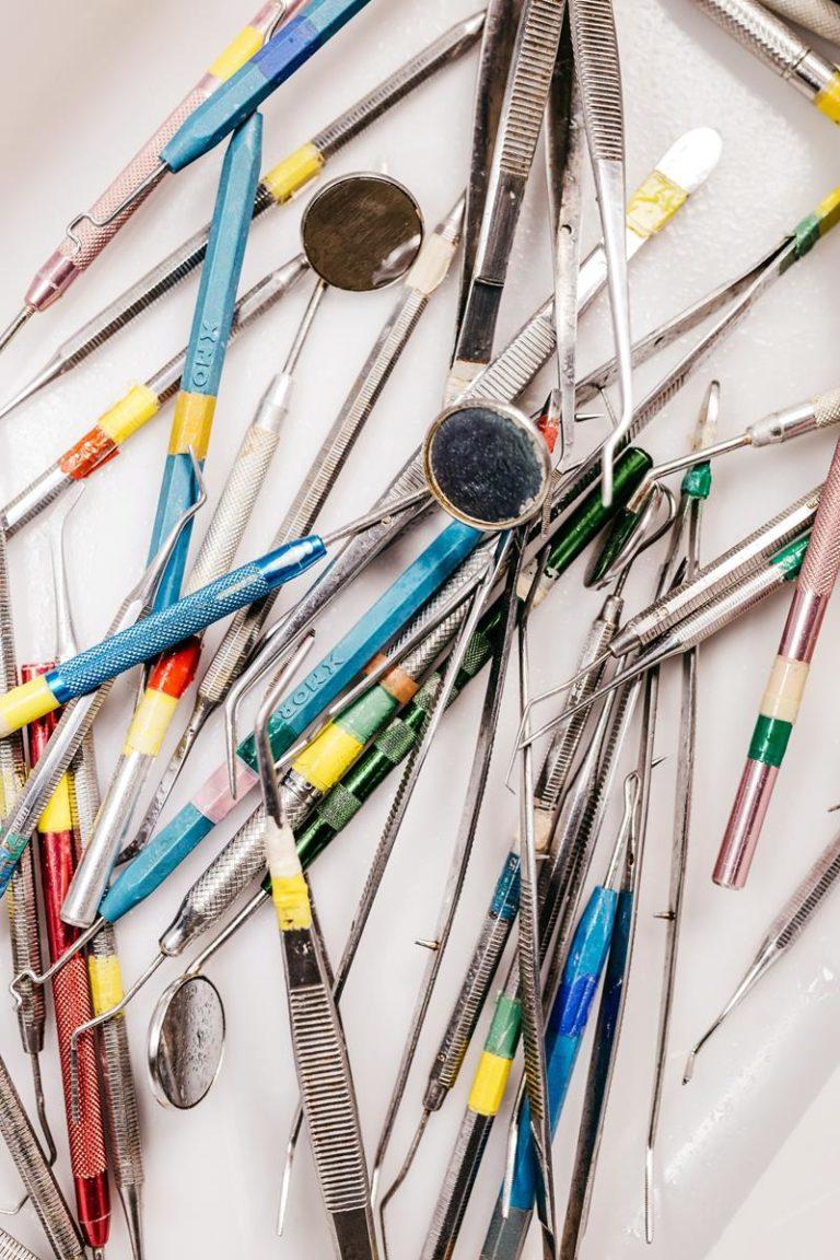 Zalety gabinetów oferujących implanty zębów